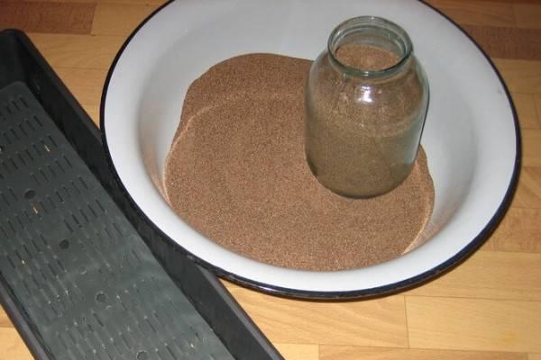 Тазик наполненный песком для собак